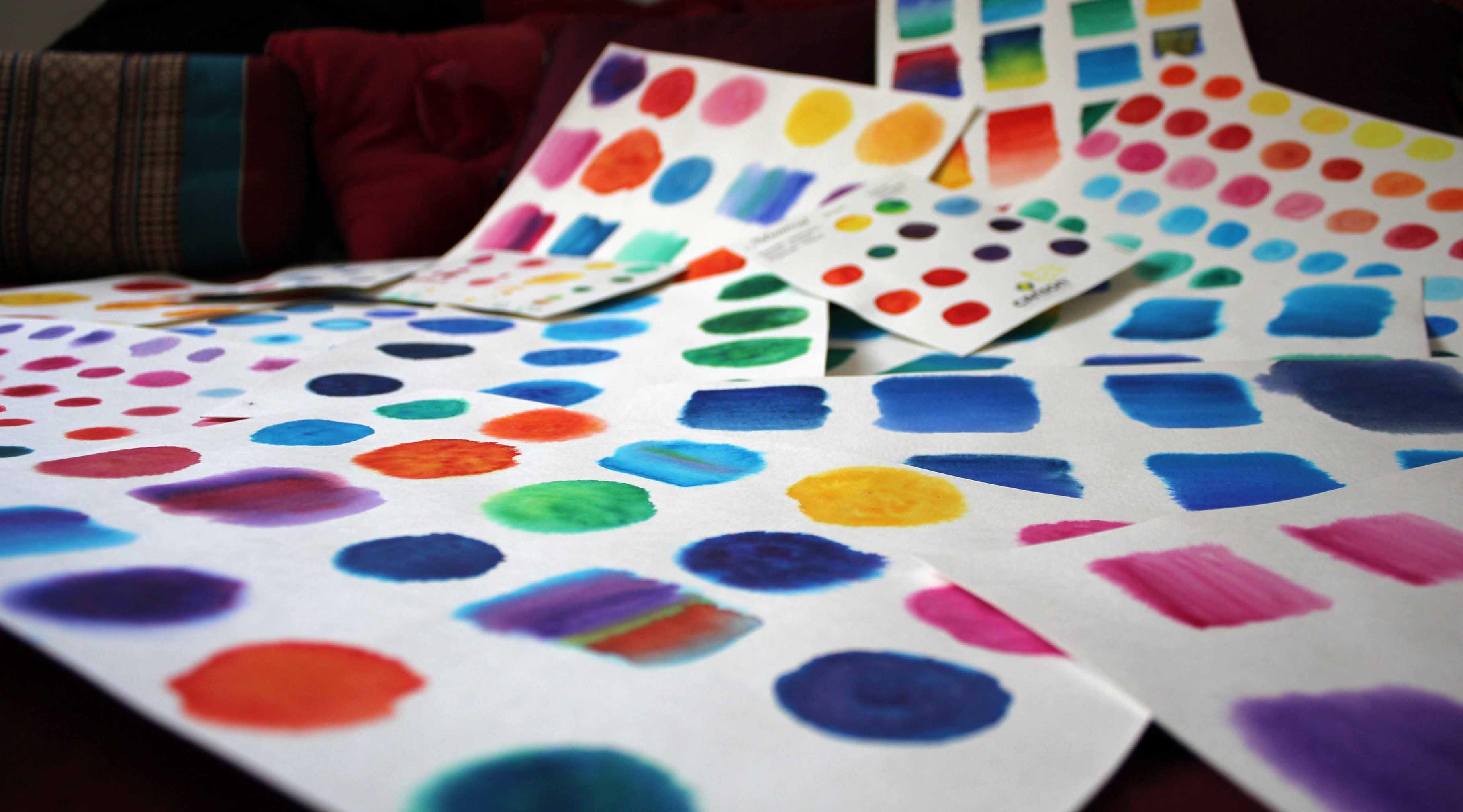 aquarelles artisanales mémos d'amour aux couleurs des chakras. Mots positifs sur des objets du quotidien pour les faire rayonner dans nos vies : Amour Paix Joie gratitude Harmonie Fraternité